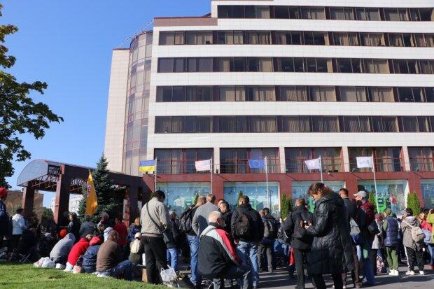 ПриватБанк экстренно покидает Днепр, сотрудники не в силах больше терпеть: фото