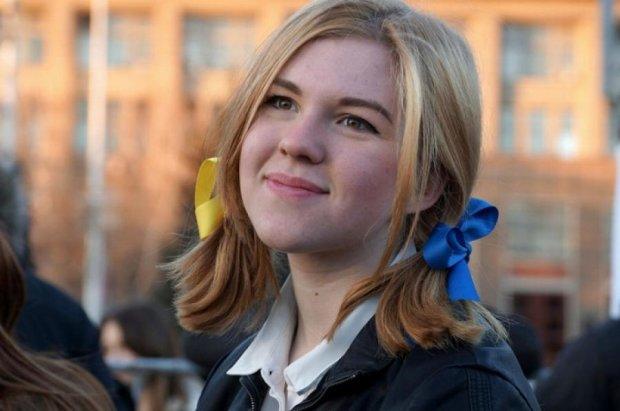 ФСБ допросило русскую школьницу за желто-голубые ленты в волосах