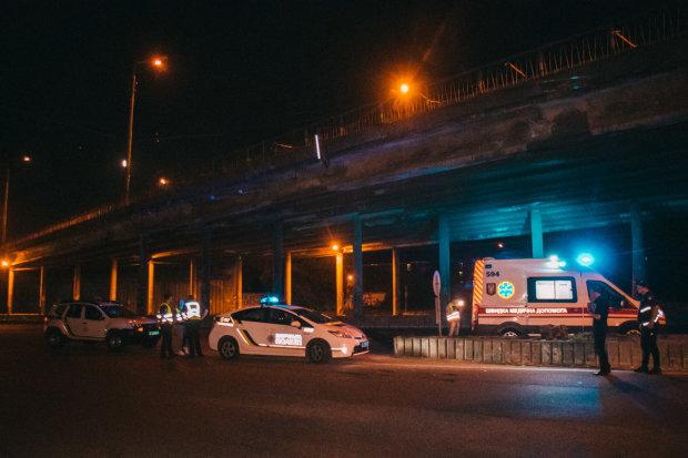 Киевлянин решился на жуткое самоубийство: с моста - под колеса, видео 18+