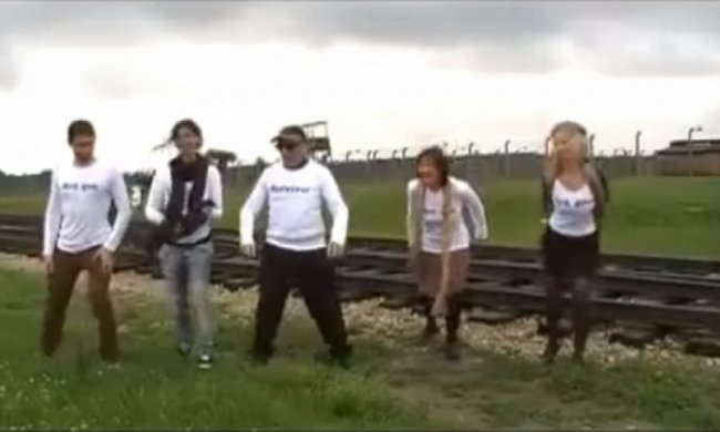 90-річний єврей повернувся в Освенцим і станцював (відео)