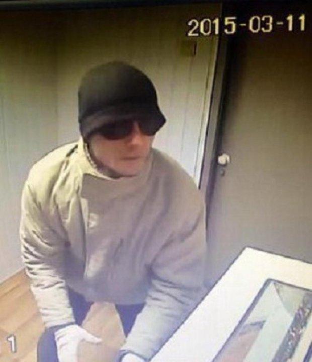 Злочинець зухвало грабує київські ломбарди
