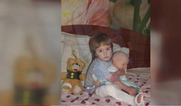 На дворічну дитину в Сумах впала меморіальна плита