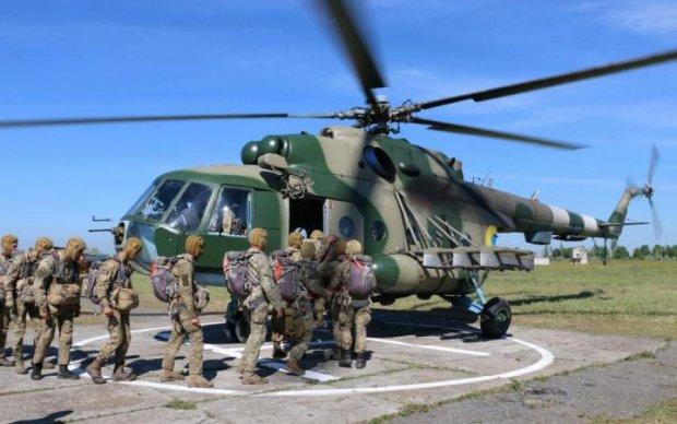 Украинские курсанты попрыгали с вертолета: впечатляющие кадры