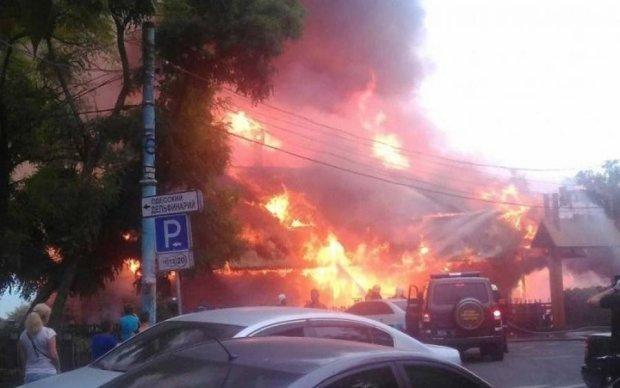 З'явилося відео палаючого ресторану в Одесі