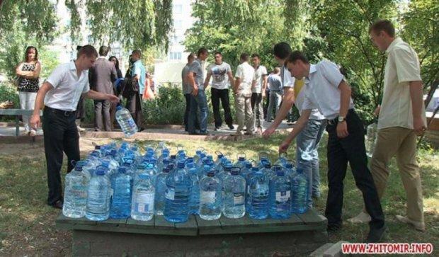 Житомирские студенты принесли на выпускной воду для бойцов вместо цветов