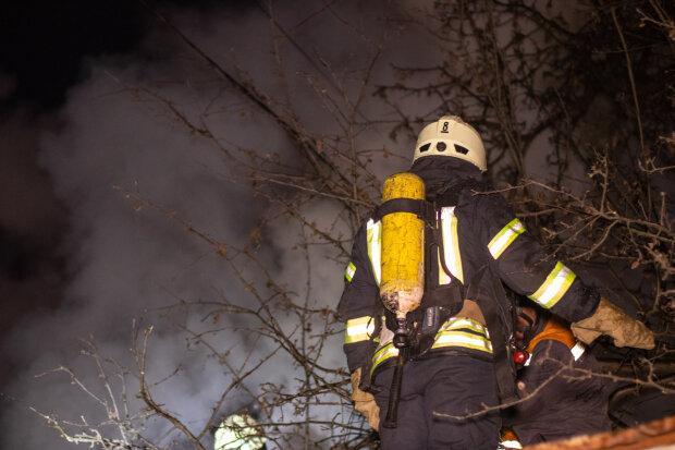 Ранг повышенной сложности: в Киеве пламя оставило от частного дома лишь пепелище, фото с места происшествия