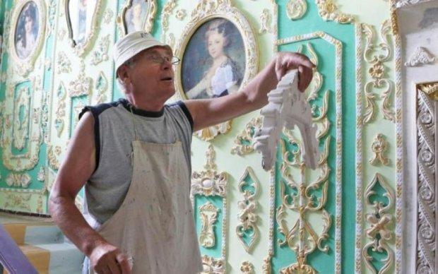 Не сподіваючись на комунальників: киянин перетворює будинок на витвір мистецтва