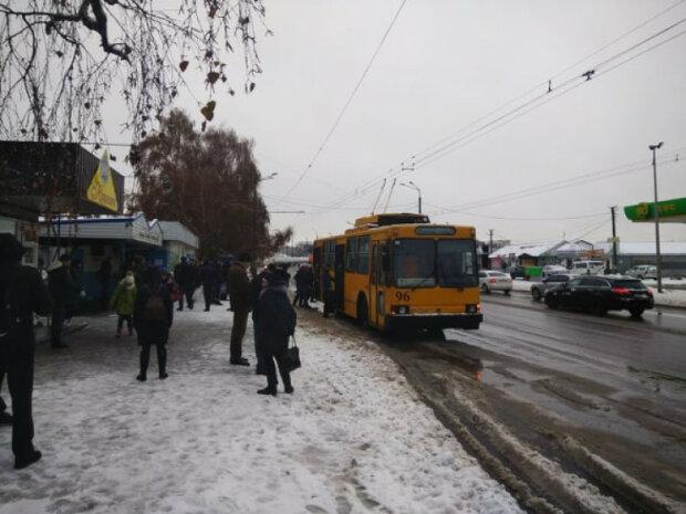 Тернопільський тролейбус побив пасажирів струмом: аж присідали