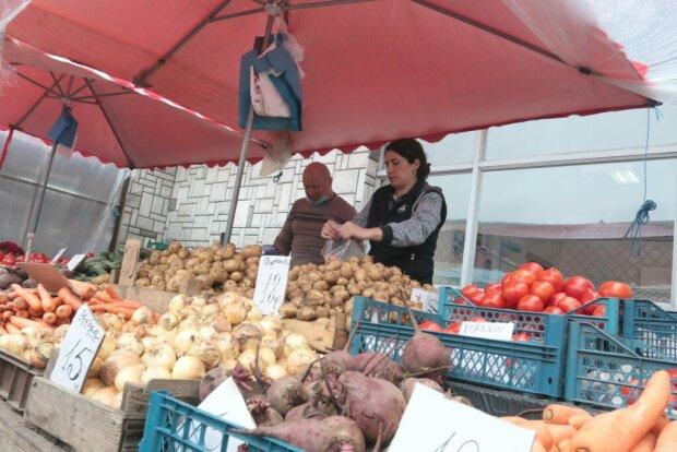 """У Львові """"голі"""" продавці на Привокзальному ринку ризикують залишити містян без картоплі - чхали на карантин"""