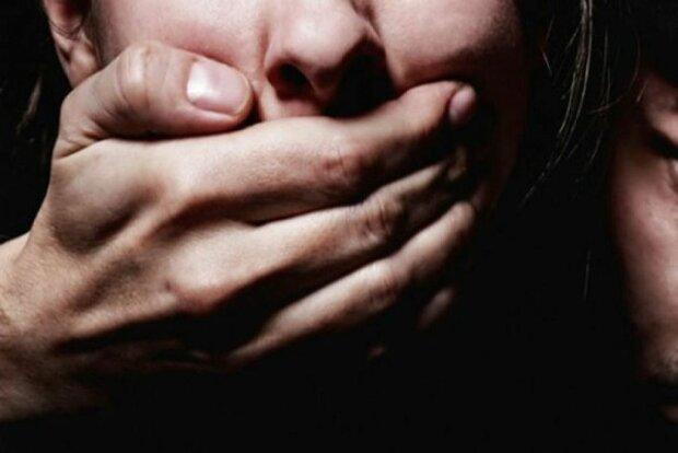 У Києві негідник познущався з дівчини і кинув помирати: деталі НП