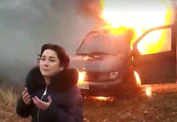 """Активистка сожгла евробляху, обращаясь к Зеленскому: """"Нас будет много!"""""""