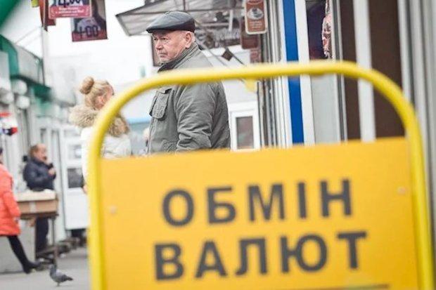 Долар по 30: воєнний стан змусить валюту покинути Україну, люди масово продають готівку