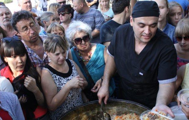 Битва за еду: озверевшие от халявы россияне снова насмешили сеть, эпичное видео