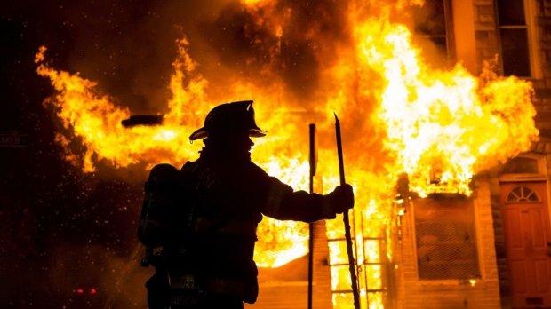 Популярный ТРЦ охватило неконтролируемое пламя, известно о 19 жертвах: видео с места трагедии