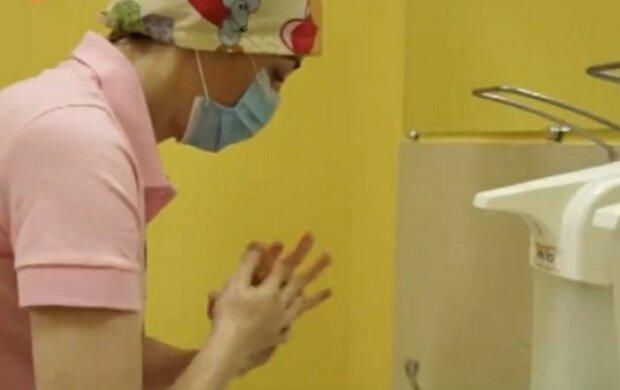 """У Львові лікар-хірург 20 років рятує життя хворим дітям: """"Найстрашніше - сказати матері"""""""