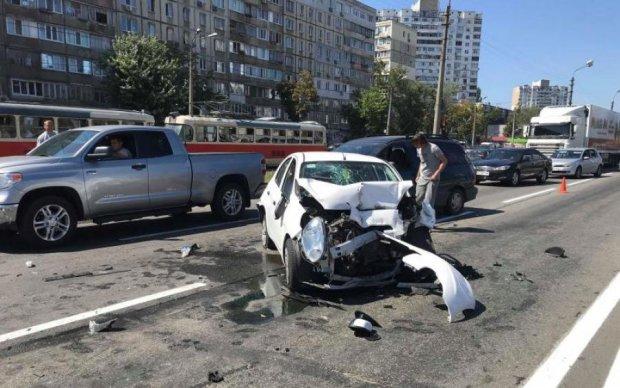 Кривавий страйк: водій вантажівки одним ударом зніс п'ять авто