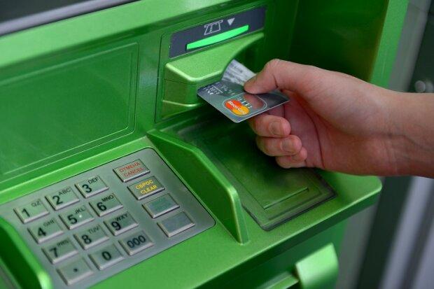 """ПриватБанк заблокував карту клієнтки за чужий борг у 3000 гривень: """"Хто компенсує мої нерви?"""""""