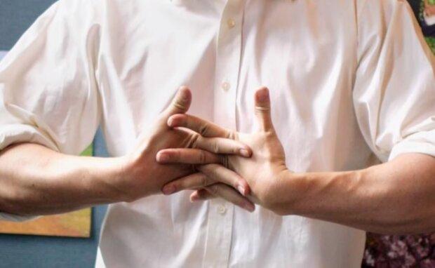 Звичка хрустіти руками, скрін з відео