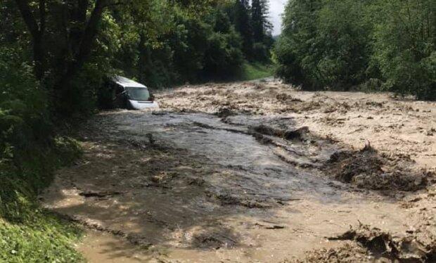 На Франковщине автобус с людьми поглотила бурлящая река - произошло невероятное