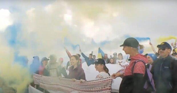 Счастливые украинцы покорили Говерлу в День Независимости — флаги, фаеры и вышиванка Шевченка