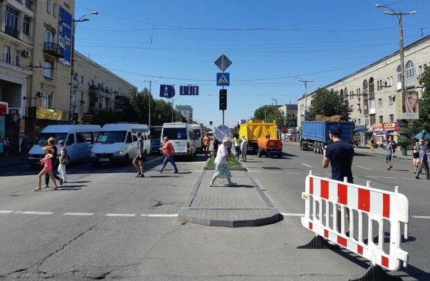 Едва не разнесло голову: запорожские маршрутчики устроили горожанам игры на выживание