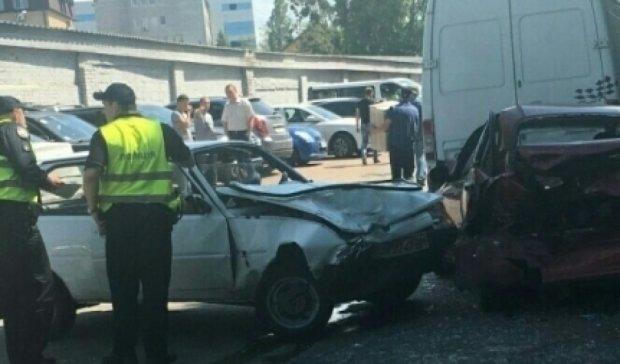 В Киеве водитель Таврии разбил 4 машины