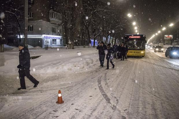 Дорога в уламках та обірвані дроти: маршрутка потужно поцілувала тролейбус, фото