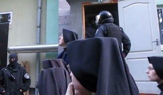 Ще двох єпископів-догналітів депортували з України