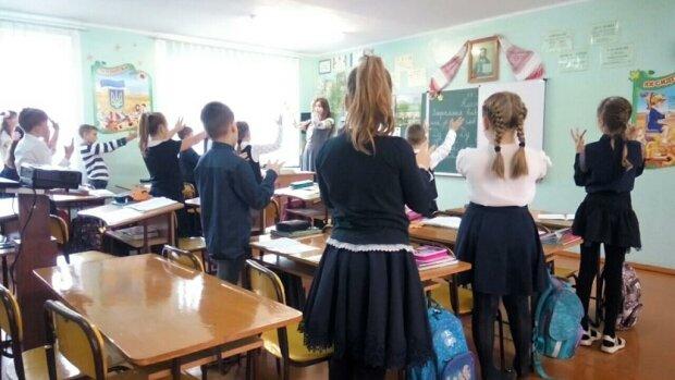 Слуги Зеленського вирвуть смартфони з рук школярів