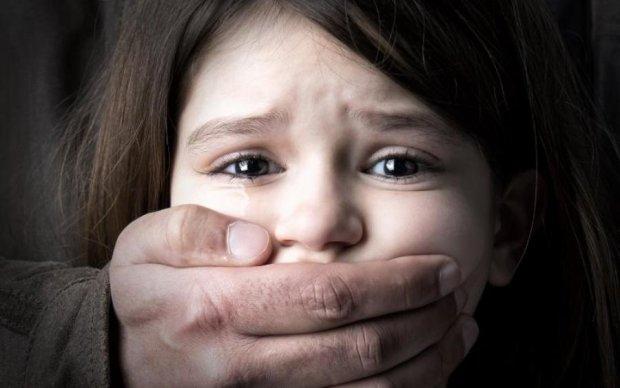 Заманивал танцами: больной извращенец жестоко надругался над школьницами