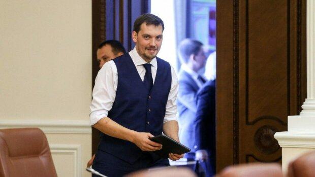 Бездомный миллионер на Jaguar: новый премьер Гончарук задекларировал доходы, украинцы онемели