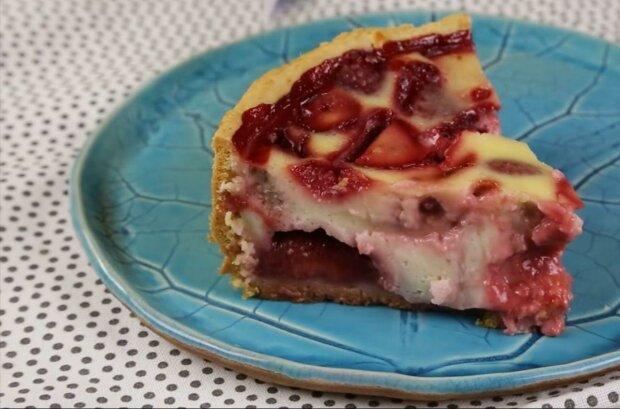 Попробуй вкус лета - простой рецепт вкуснейшего пирога с клубникой добавит ярких красок вашим будням