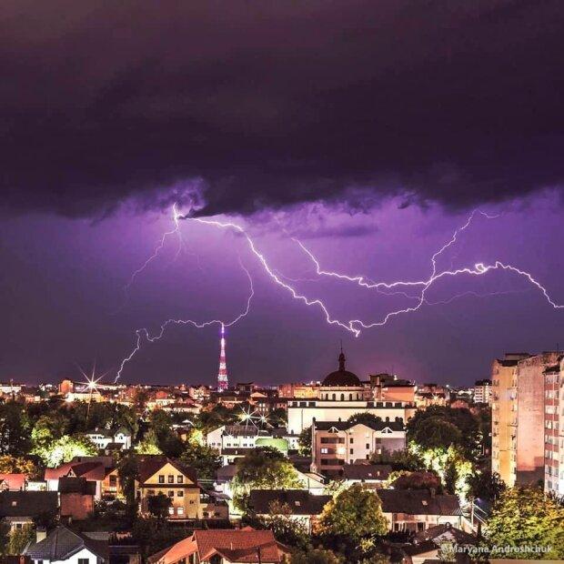 """Над Ивано-Франковском поймали неземную молнию - """"Она как будто позирует"""""""