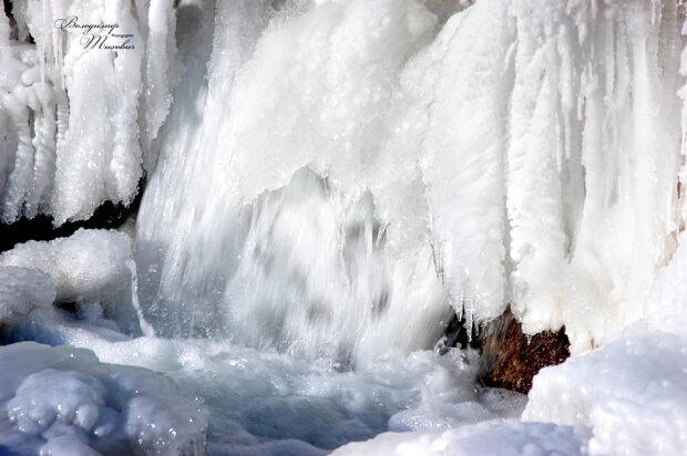 На Тернопільщині стихія взяла водоспад у полон, неймовірне видовище