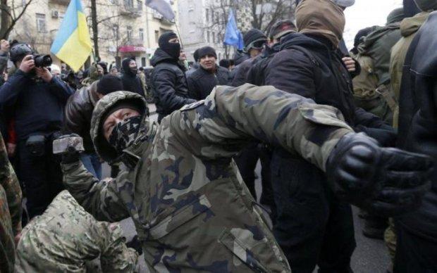 Били кувалдами, пенсіонери в паніці: невідомі влаштували погром у Києві