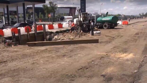 Не осилили 1.5 километра: строительство ключевой дороги в Киеве затянулось, город застыл в пробках