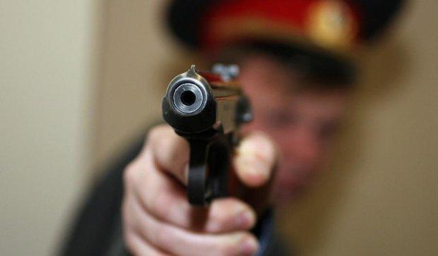Пьяные милиционеры ранили парня из табельного оружия