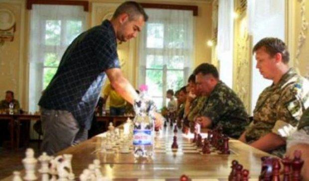 20 бойцов АТО сыграли с мировым гросмейстером в шахматы