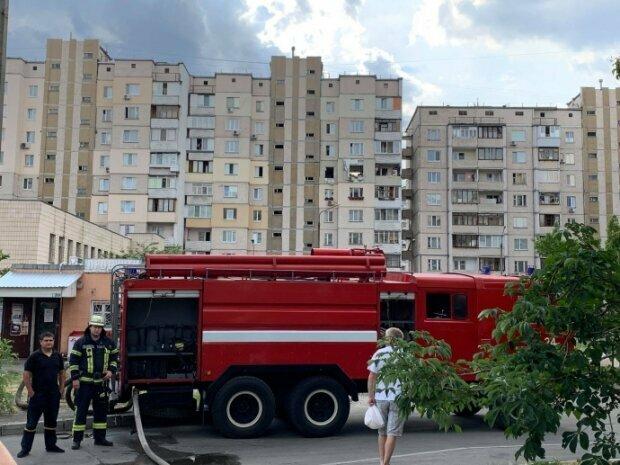 У Києві на Позняках слідом за вибухом спалахнула багатоповерхівка - дим, паніка, рятувальники летять