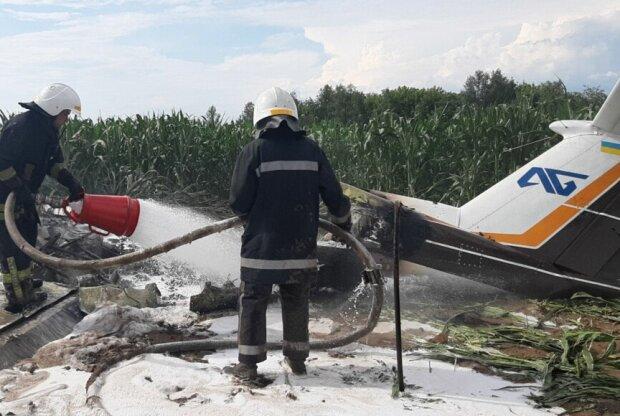 Під Києвому впав і загорівся легкомоторний літак, фото: ДСНС