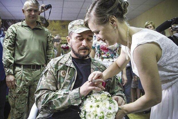 История любви на войне тронула всю Украину: поженились в госпитале, пять лет вставали с инвалидной коляски