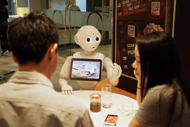 В кафе Будапешта гостей обслуживают роботы. Карпаччо от гаспачо они вряд ли отличат, но к обязанностям относятся серьезно