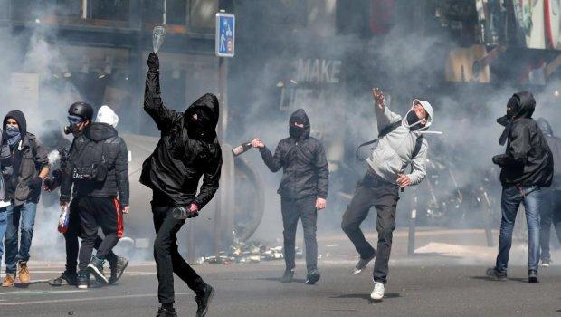Спецназ ставить школярів на коліна і травить газом: жорстка розправа за протести наздогнала навіть підлітків
