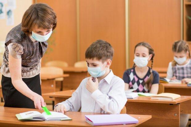 Епідемія коронавірусу паралізувала київську школу: десятки опинилися під ударом