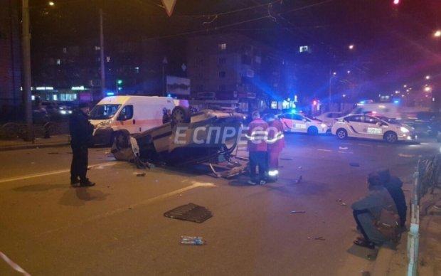 Скорая опрокинула автомобиль в Киеве