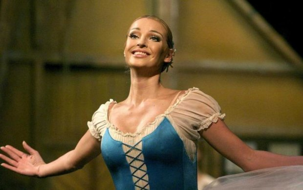 Шедевром не назовешь: Волочкова потренировалась рисовать на своей груди