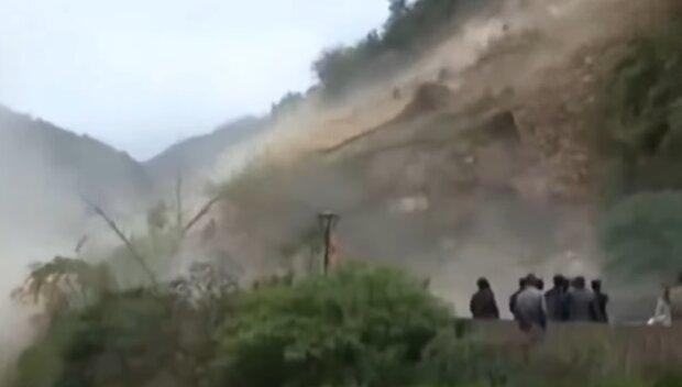 На Прикарпатье адский оползень отрезал село от цивилизации - дорогу засыпало тоннами земли