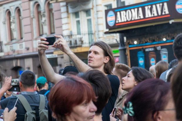 """Кінотеатр """"Київ"""" оточив розлючений натовп, повітря попахує небезпекою: що вимагають люди"""