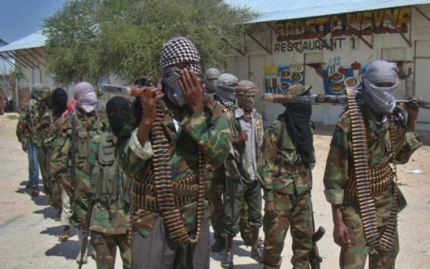 Сходив наліво: бойовики закидали чоловіка камінням за зраду