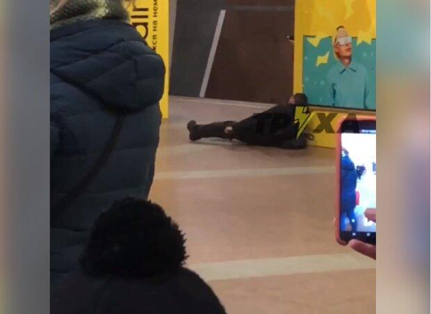 """В харьковском метро неадекват устроил полиции веселую смену, шаг до самого страшного: """"Спасай, падает!"""""""